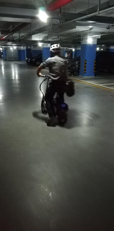 Mission accomplie ! Le chauffeur Didi repart sur son vélo électrique